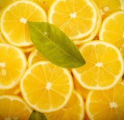 лимоны лежат дольки лежат на столе фоновое изображение