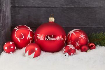 Frohe Weihnachten als Gruß auf Weihnachtskugel