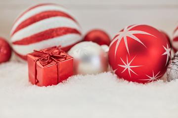 Rotes Geschenk als Weihnachten Dekoration