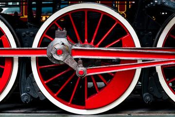 Rotes eisernes Laufrad einer alten Dampflokomotive