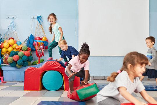 Kinder spielen fröhlich in der Turnhalle