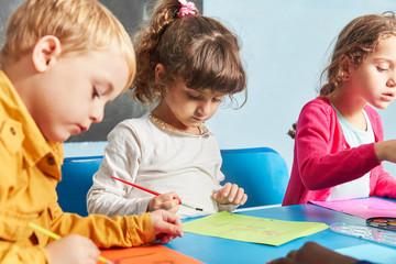 Kinder malen mit Wasserfarbe und Pinsel