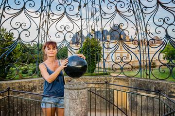 Femme dans la volière du Château de Cormatin