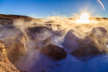 Geysers Sol de Manana Bolivie désert de sel frontière Chili Aventure fumée vapeur d'eau Lever du soleil