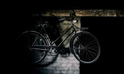 Foto op Plexiglas Fiets Retro vintage bike on black and white wall.