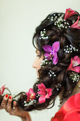 Vedic hairstyle bride decor whith many flowers