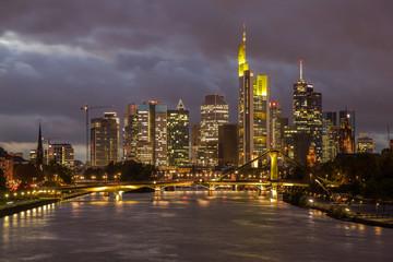 Frankfurt-Skyline am Abend