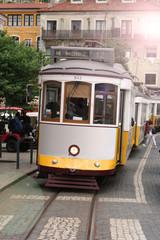 Authentische, gelbe Straßenbahn von Lissabon, Portugal