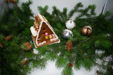 Hexenhäuschen mit Weihnachtskugeln und Tannenzweigen