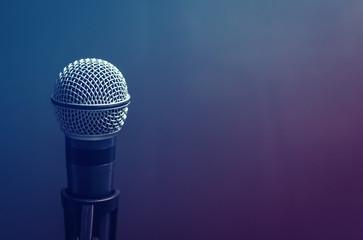 Микрофон на фиолетовом фоне, музыкальный инструмент для певца, студия звукозаписи, музыкальная школа