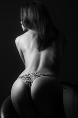 Ragazza sexy in topless sensuale e attraente con pelle perfetta, sedere e bel corpo in bianco e nero