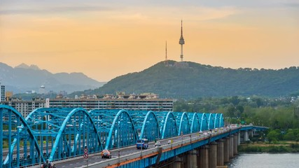 Fotomurales - Time lapse of traffic at Dongjak Bridge and Seoul tower over Han river in Seoul, South Korea.4K