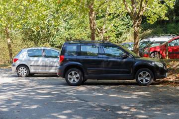 Voitures sur le parking d'un parc