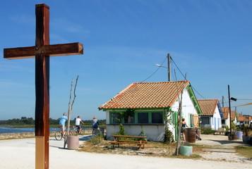 Ville d'Arès, le port ostréicole, cabanes de pêcheurs et croix des marins, département de la Gironde, France