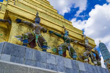 プラサート・プラテープ・ビドーンの仏塔を支えるクルットゥ(Krut)(Grand Palace Thai)