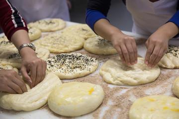 ekmek hamuru şekillendiren eller,fırıncılık - ekmekçilik