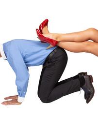 Mann wird von dominanter Frau unterdrückt