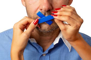 Frau verbietet Mann den Mund - Dominanz