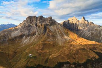 Herbststimmung im Allgäu mit der Kemptner Hütte, Blick auf Mädelegabel und Kratzer