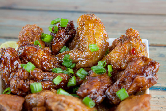 Lemon tantalising chicken wings in square bowl Close up