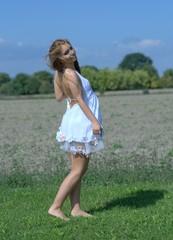 Junge Frau im weißen Kleid