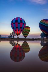 Türaufkleber Ballon Hot air balloons taking off over lake