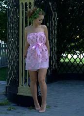 Junge Frau im rosa Kleid