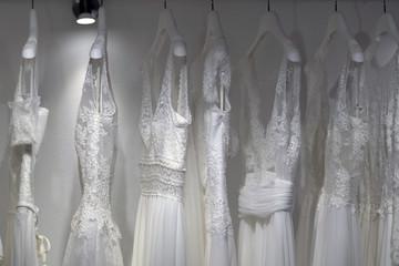 Brautkleider auf einer Kleiderstange aufgehängt