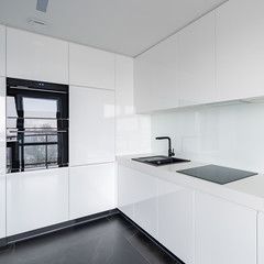 White kitchen with black accessories