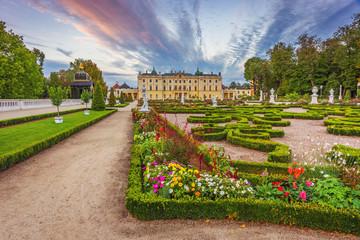 Obraz Ogród w Pałacu Branickich o zachodzie słońca - fototapety do salonu