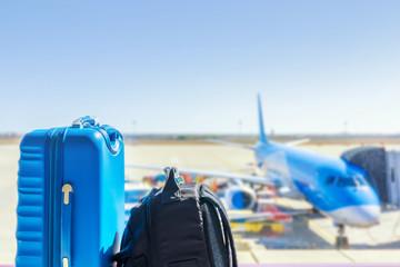 Gepäck an einem Flughafen mit Flugzeug auf Rollfeld