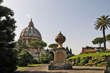 Roma, la Cupola di San Pietro dai Giardini Vaticani