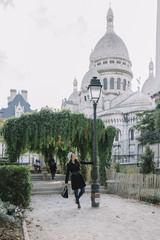 Femme marchant dans un square de Paris au Sacré Coeur