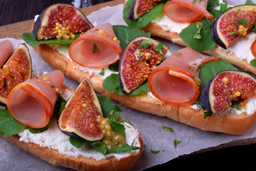 Sandwiches with figs, smoked ham and soft cheese