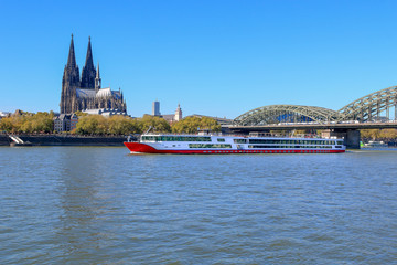 Flusskreuzfahrtschiff vor dem Kölner Dom auf dem Rhein
