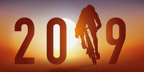 Carte de vœux 2019 sur le thème du cyclisme avec un cycliste en pleine action, qui passe la ligne d'arrivée