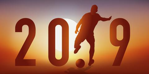 Carte de vœux 2019 sur le thème du football, avec un footballeur en pleine action, qui tire pour marquer un but