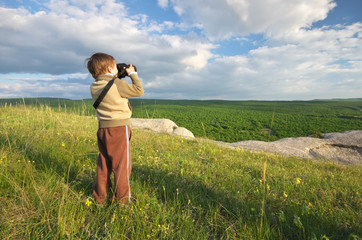Child photographs nature