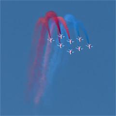 figures faites par la Patrouille de France à la fête de l'Air aux Mureaux à l'ouest de Paris