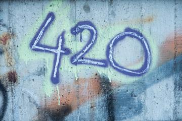 Zahl 420 auf Betonwand mit Graffiti