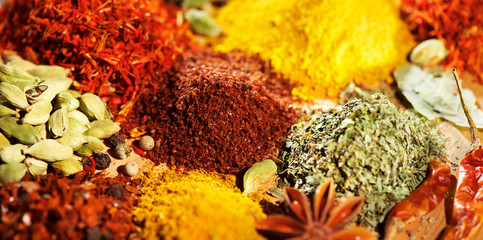 Türaufkleber Gewürze Spice. Various indian spices and herbs colorful background. Assortment of seasonings, condiments