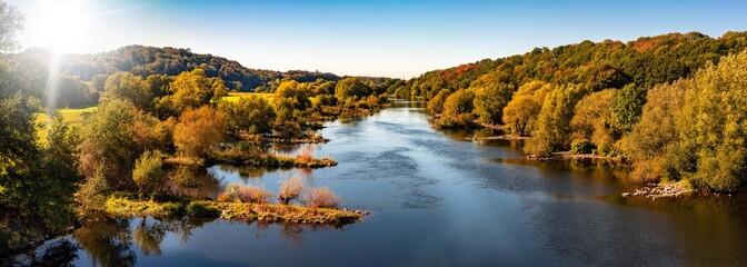 Panorama Flußlandschaft im Gegenlicht