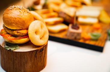 おしゃれなミニハンバーガーとポテト