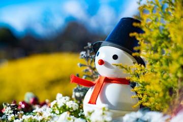 屋外にある雪だるま人形