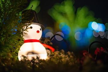 夜に光る雪だるま人形