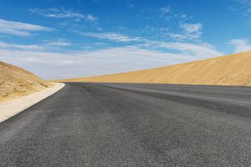 frisch asphaltierte neue Landstraße