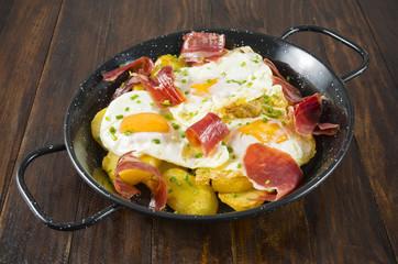 Huevos fritos con jamón y patatas fritas