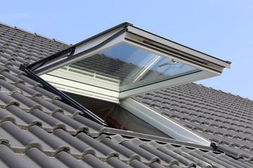 Dachfenster an einem Wohnhaus, Außenaufnahme