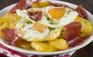 Detalle de huevos fritos con jamón