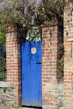 Ville de Combourg, porte bleue et vieux mur en briques, département d'Ille-et-Vilaine, Bretagne, France